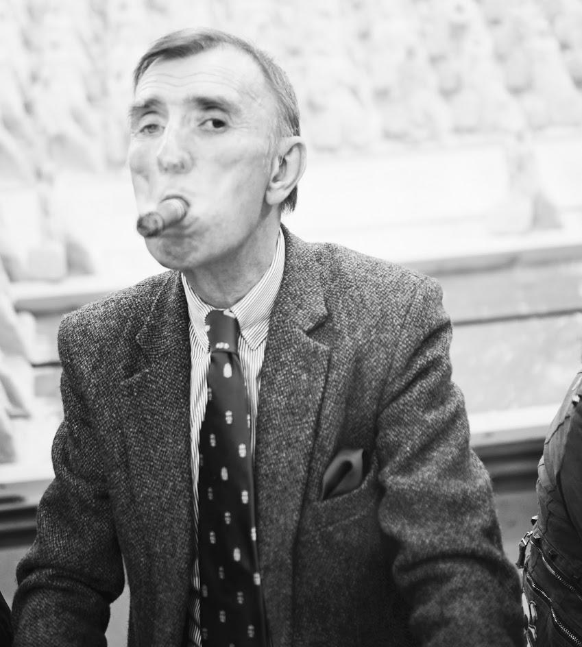 Psychologie und Portrait. Portrait eines Herren in Anzug mit Zigarre im Mund