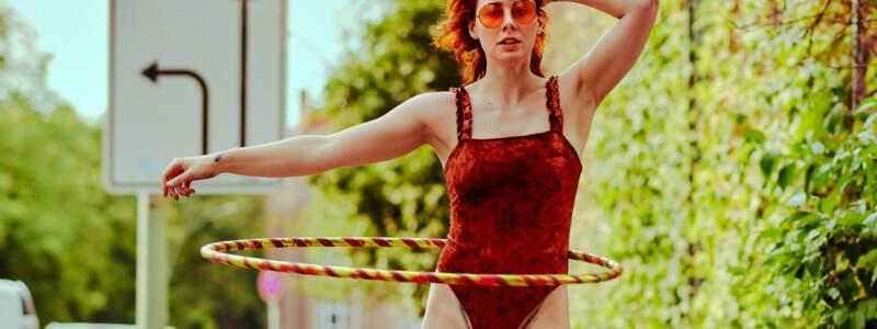 cooles Hula-Hoop Fashion Editorial Muriel la Roja